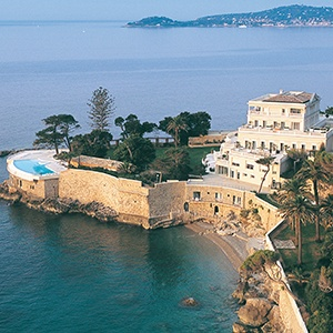 <strong>Cap Estel Hotel, France</strong>     This dog-friendly retreat will have both you and your chien saying 'oo la mer!' Cap Estel is surrounded by palm trees, and the Mediterranean azure.
