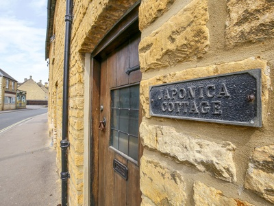 Japonica Cottage, Gloucestershire, Bourton On The Water